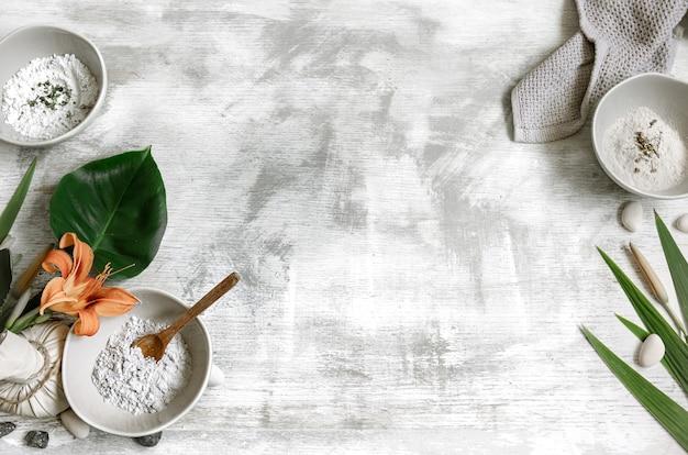 Fundo com ingredientes naturais para a preparação de uma máscara para cuidar da pele, preparação de uma máscara de pó.