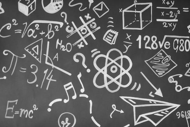 Fundo com inscrições do curso escolar. as fórmulas são escritas em um quadro negro. conceito de aprendizagem. de volta à escola