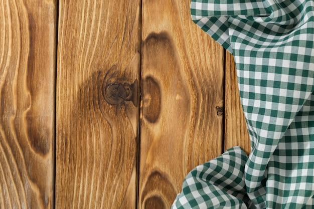 Fundo com mesa de madeira vazia com toalha de mesa