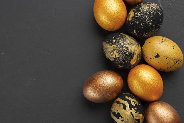 Fundo com ovos de páscoa decorados dourados