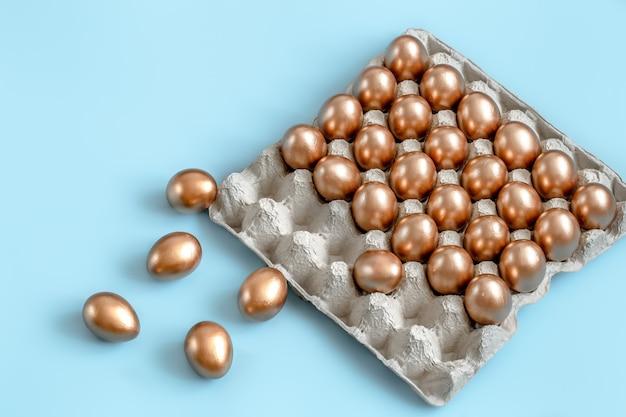 Fundo com ovos de páscoa na cor ouro.