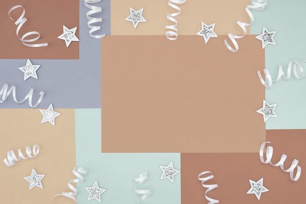Fundo com padrão geométrico não simétrico nas cores da moda 2021 com uma composição de confetes e estrelas brancas brilhantes. fundo do conceito, férias.