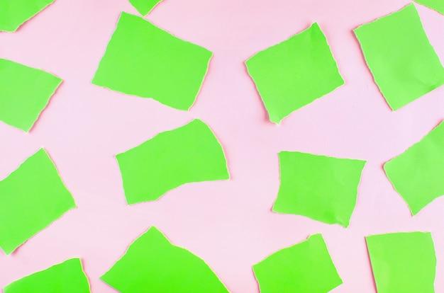 Fundo com pedaços de papel verde rasgado