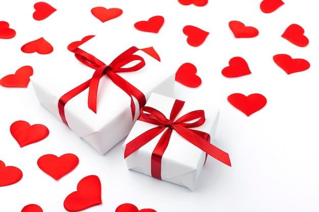 Fundo com presente e corações com espaço de cópia para texto em fundo branco. conceito de dia dos namorados. conceito de dia das mães.