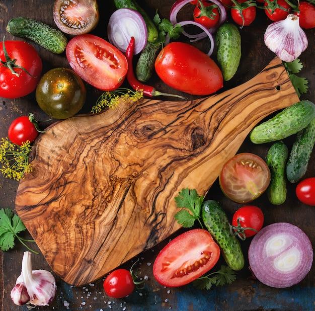 Fundo com tomates e pepinos