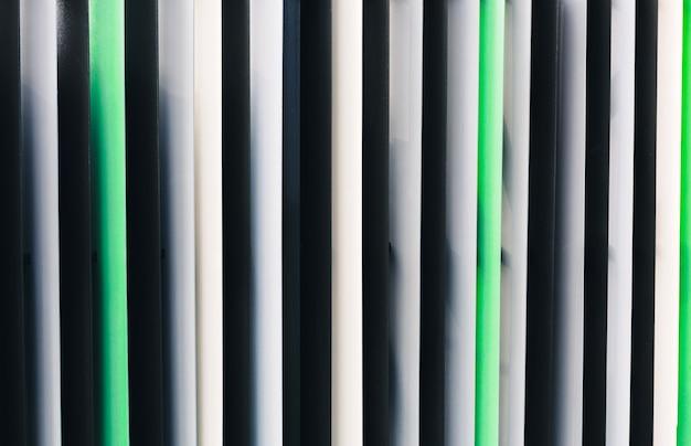Fundo com venezianas de metal coloridas e linhas retas verticais