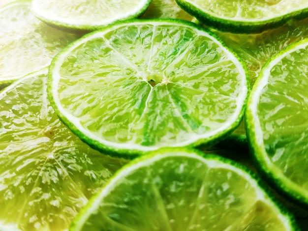 Fundo composto por fatias de limão.