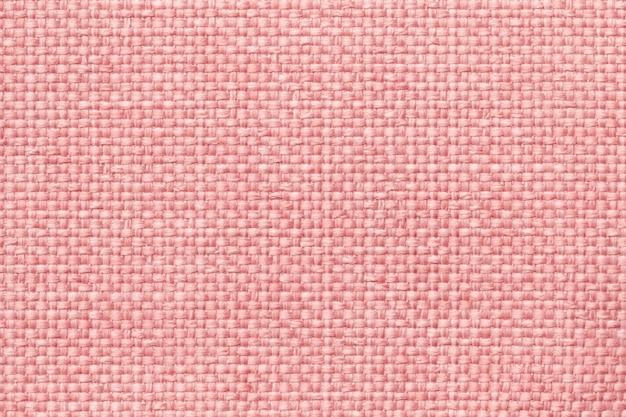 Fundo cor-de-rosa com teste padrão quadriculado trançado, close up. textura da tela de tecelagem, macro.