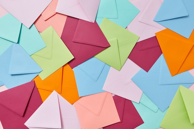 Fundo criativo de cartas e envelopes em branco coloridos artesanais.