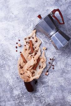 Fundo criativo do café com feijões, açúcar e? coffeepot. estilo flatlay