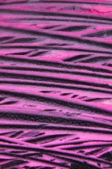 Fundo criativo manchado de batom rosa. traços fúcsia em fundo preto. cosméticos comerciais, estilo lindo. revista glamorosa, conceito de beleza