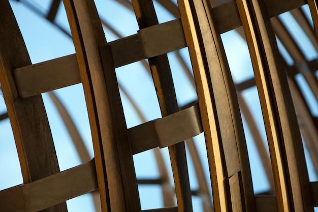 Fundo curvo listrado de madeira, desenho abstrato. dobre detalhes de madeira como escultura.