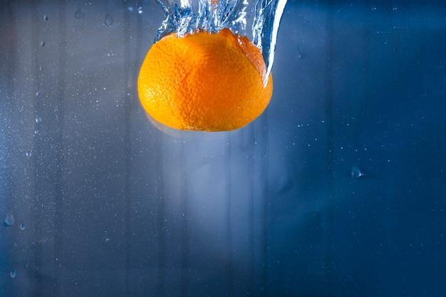 Fundo da água com laranja
