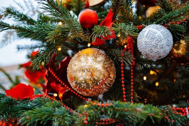 Fundo da árvore de natal. decoração de balões de férias de ano novo, luzes de flocos de neve de brinquedos, espaço livre de decoração de banner bokeh