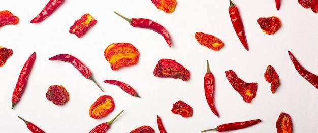 Fundo da bandeira com pimentas e tomates picantes picantes e tomates vermelhos secos
