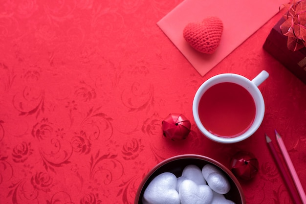 Fundo da celebração do feriado do dia de valentim, copo do suco e caixa de presente.
