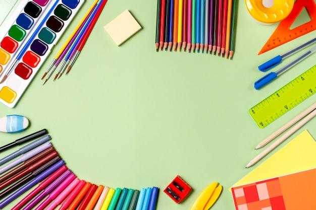 Fundo da escola. vários materiais escolares em uma área de trabalho, copie o espaço