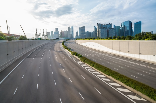 Fundo da estrada vazia na cidade moderna