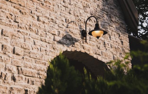 Fundo da janela do estilo do vintage, parede da casa com uma janela fechado à esquerda e detalhes.