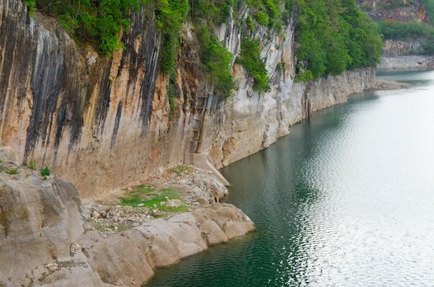 Fundo da montanha de pedra do penhasco
