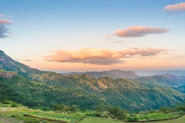 Fundo da montanha e do céu
