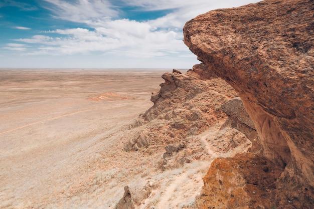Fundo da natureza. montanhas e planícies. paisagem de rochas.