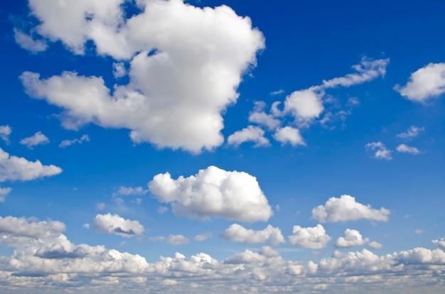 Fundo da natureza. nuvens brancas sobre o céu azul