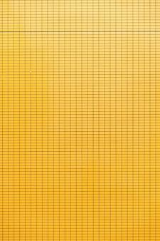 Fundo da parede de cerâmica amarela.