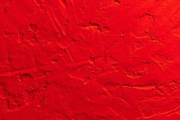 Fundo da parede pintada de vermelho.