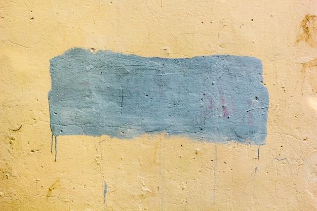 Fundo da parede suja velha com lugar pintado para o seu texto