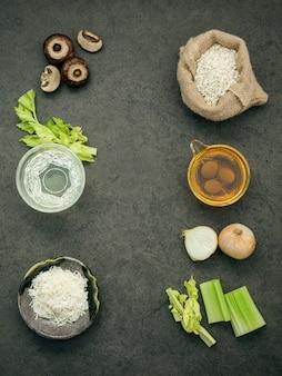 Fundo da pedra dos ingredientes do risoto dos cogumelos.