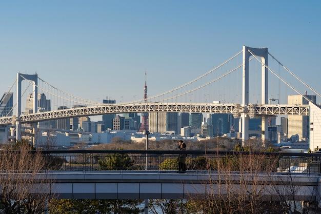 Fundo da ponte do arco-íris situado no tóquio de odaiba, japão.