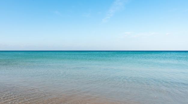 Fundo da superfície do oceano turquesa da vista aérea vista da natureza de cima, disparada pela superfície do mar da câmera do drone.