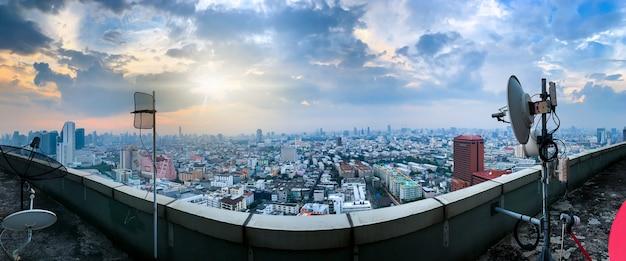Fundo da tecnologia 5g e internet das coisas, skyline moderna da cidade, conceito da rede de comunicação.