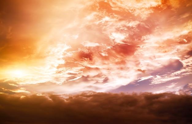 Fundo da tempestade no dia nublado de ouro