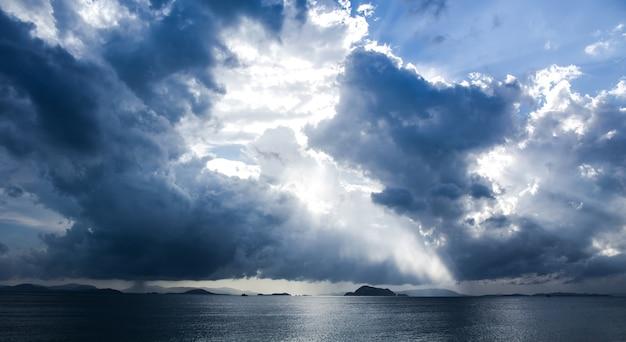 Fundo das nuvens do céu escuro antes de uma tempestade de trovões