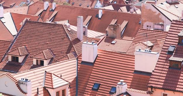 Fundo das telhas laranja em edifícios históricos na cidade velha