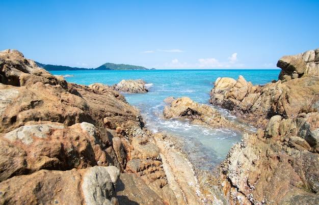 Fundo de água do mar azul da praia de rocha
