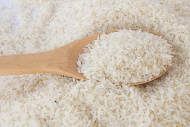 Fundo de alimentos. arroz em uma colher de pau