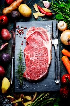 Fundo de alimentos com legumes frescos e bife cru Foto Premium