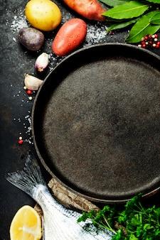 Fundo de alimentos com peixe e legumes