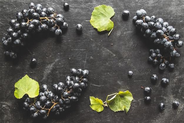 Fundo de alimentos com uvas frescas. muito espaço de cópia.