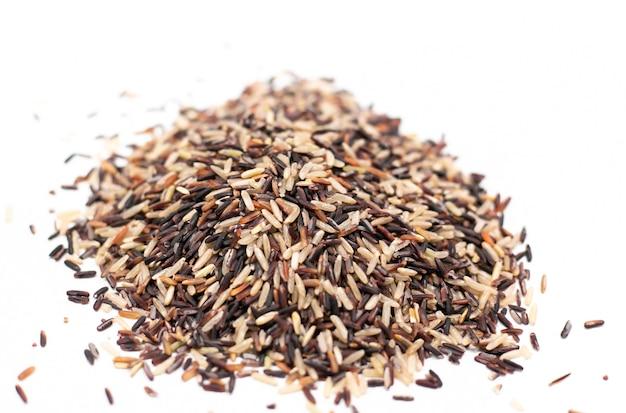 Fundo de alimentos. misture o arroz saudável em uma colher de pau e saco.