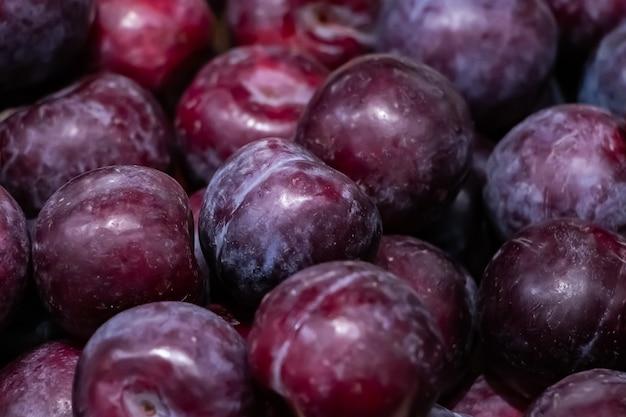 Fundo de ameixas maduras. fruta para dieta
