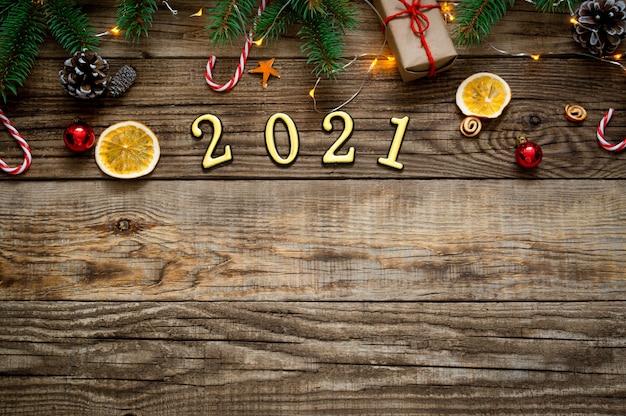 Fundo de ano novo 2021. composição de natal em um fundo de madeira.