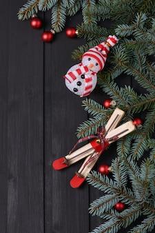Fundo de ano novo com boneco de neve e pinheiro
