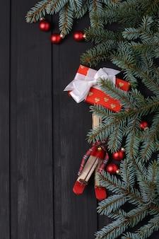Fundo de ano novo com caixa de presente e pinheiro