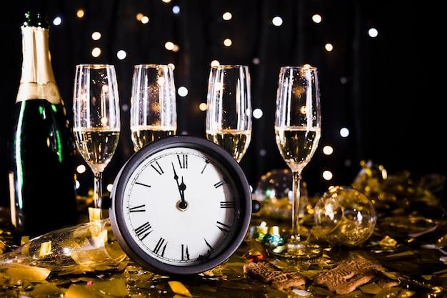 Fundo de ano novo com taças de champanhe