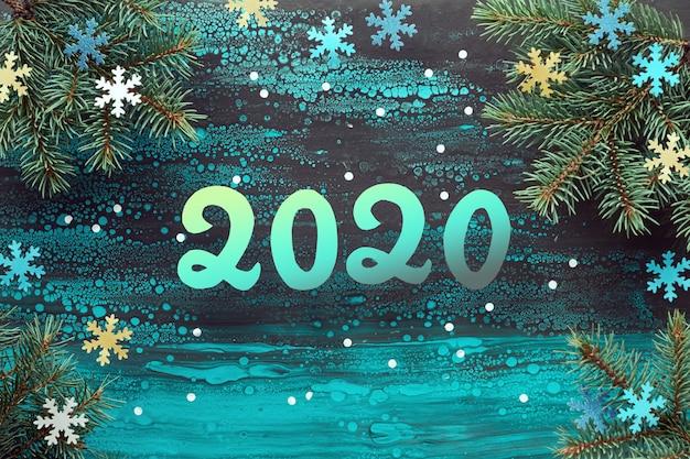 Fundo de ano novo festivo com galhos de pinheiro e flocos de neve de papel, copie o espaço