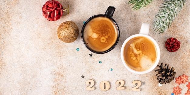 Fundo de ano novo natal café e decorações na mesa decoração de férias presentes comida